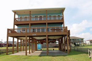 151 Ocean Shores Dr. Crystal Beach, TX 77650:  4/3 with Beachfront VIEW on Bolivar Peninsula.  Views of Galveston Sky-line.  Just off Boyt Rd.  Completely Furnished.
